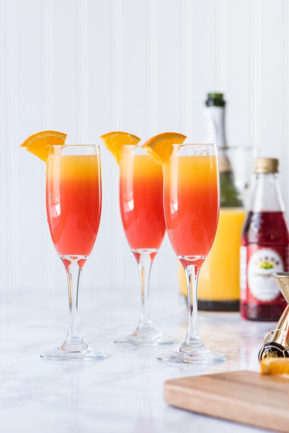 Mimosas - cocktails pétillants extrêmement simples à base de vin mousseux et de jus d'orange.