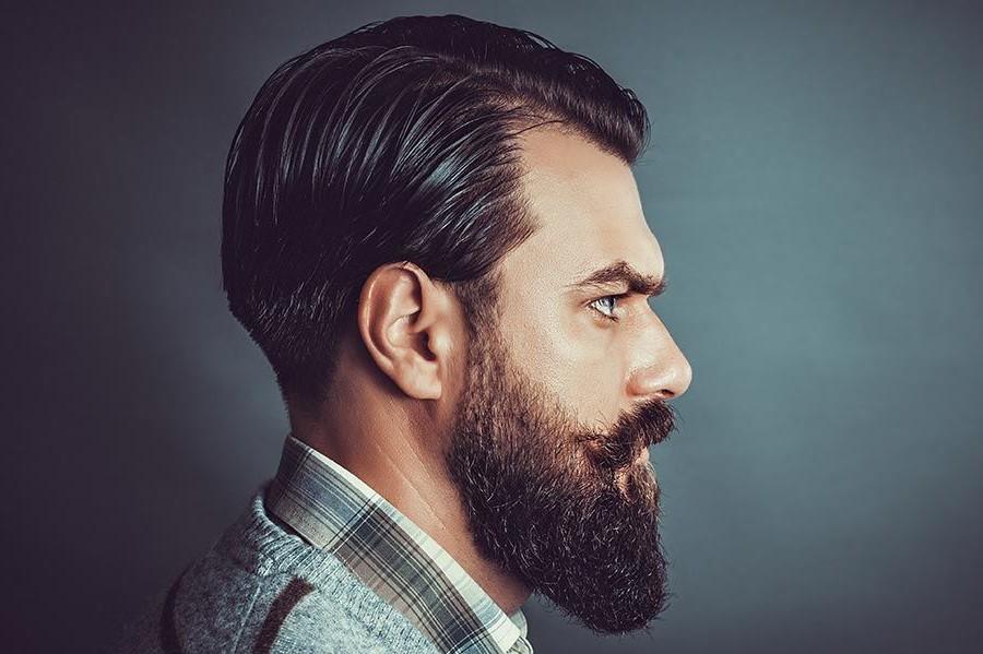 L'huile de barbe aide à assouplir les cheveux.