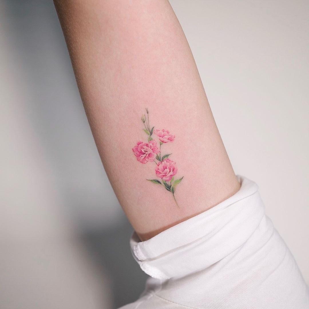 Le tatouage de rose est généralement considéré comme un symbole d'amour ou de beauté.