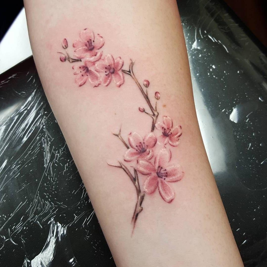 Le tatouage de fleurs de cerisier est courant dans les tatouages de style japonais.
