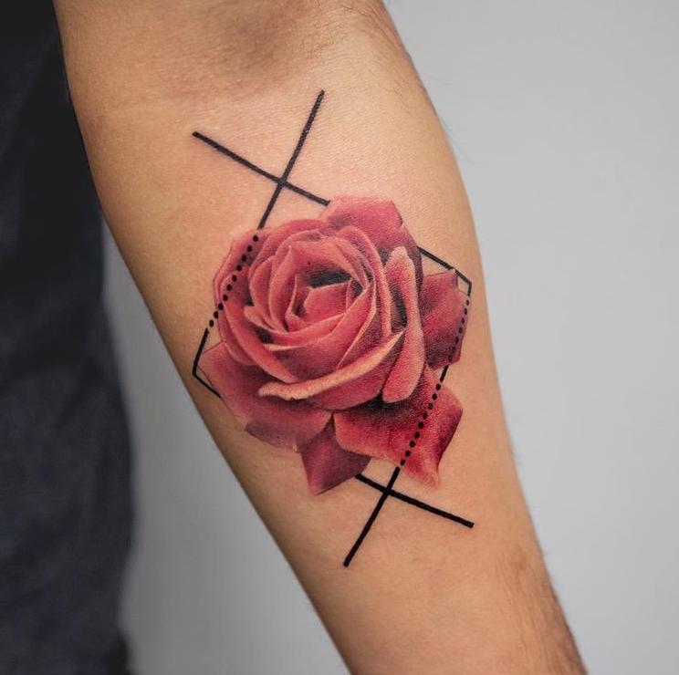 La rose est originaire de Perse où elle était considérée comme un symbole masculin.