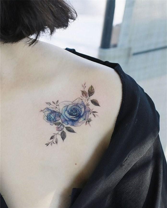 Les fleurs sont belles et on les voit presque partout. Par conséquent, il est naturel que ce soit un choix populaire pour un tatouage de femme.