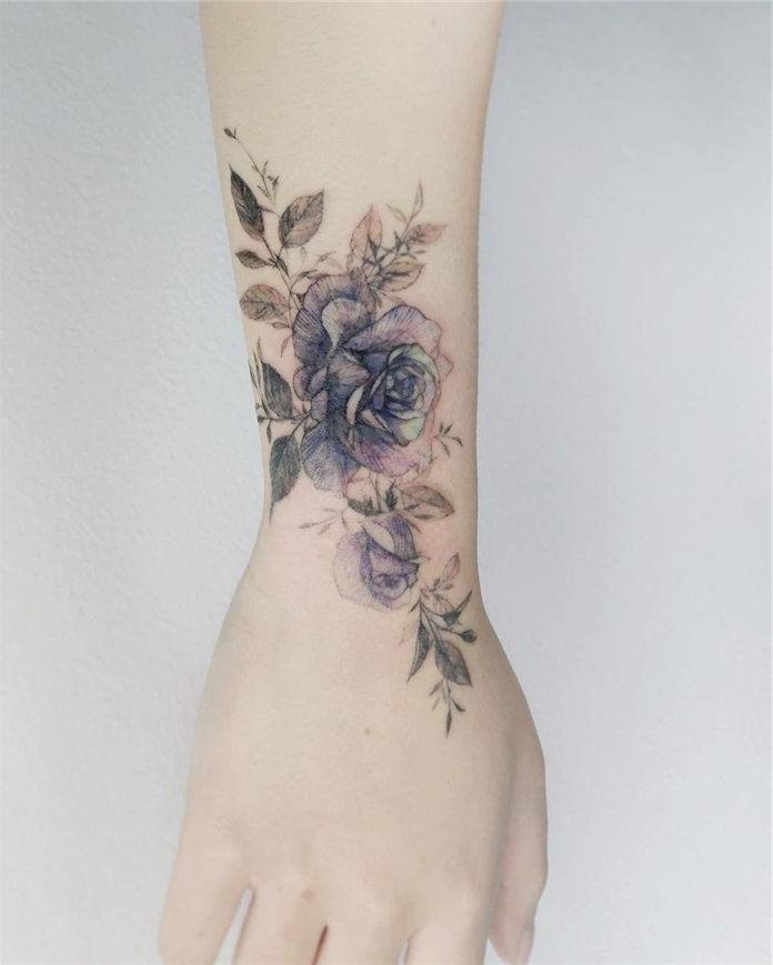 En fait, le tatouage à la rose a gagné en popularité dans les années 1930, car les marins les choisissent souvent pour leur rappeler leur femmes, leur petites amies et leur mères.