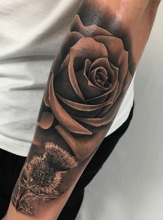 Une autre idée populaire de tatouage de fleur est la rose.