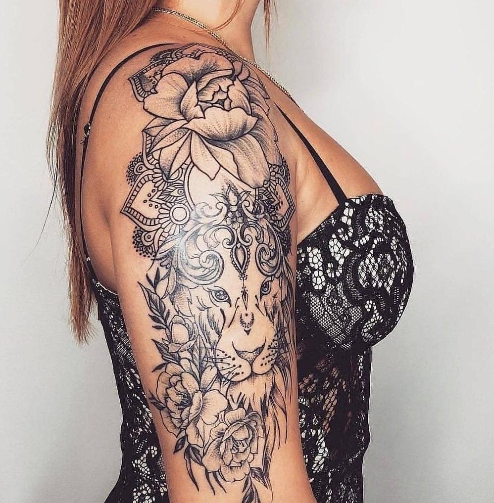 Les tatouages totaux d'animaux comprennent les lions, les éléphants, les aigles et les hiboux.
