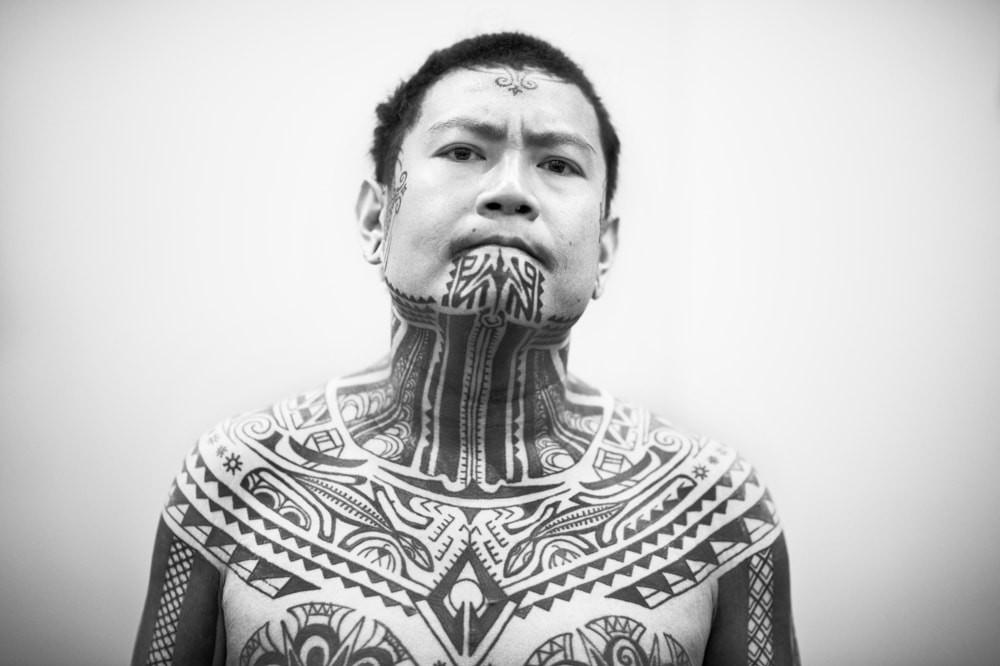 L'un des modèles les plus populaires est le tatouage de style masculin sur le visage.