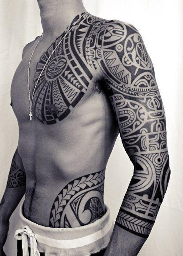 En le combinant avec d'autres tatouages, tels que des boucles torsadées, cela crée une histoire.