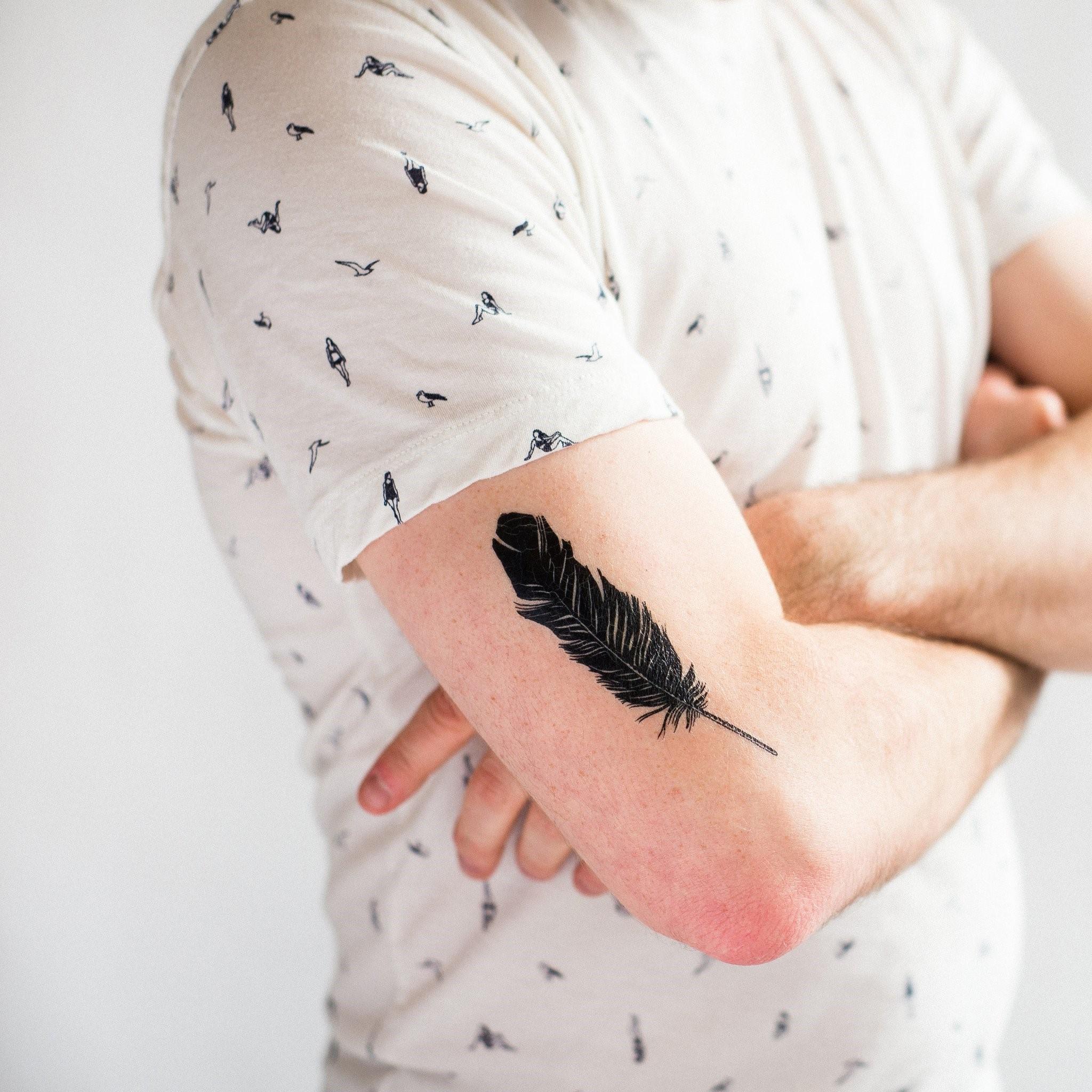 L'une des raisons esthétiques pour lesquelles beaucoup de gens se font tatouer avec des plumes est qu'elles vont bien avec d'autres images.
