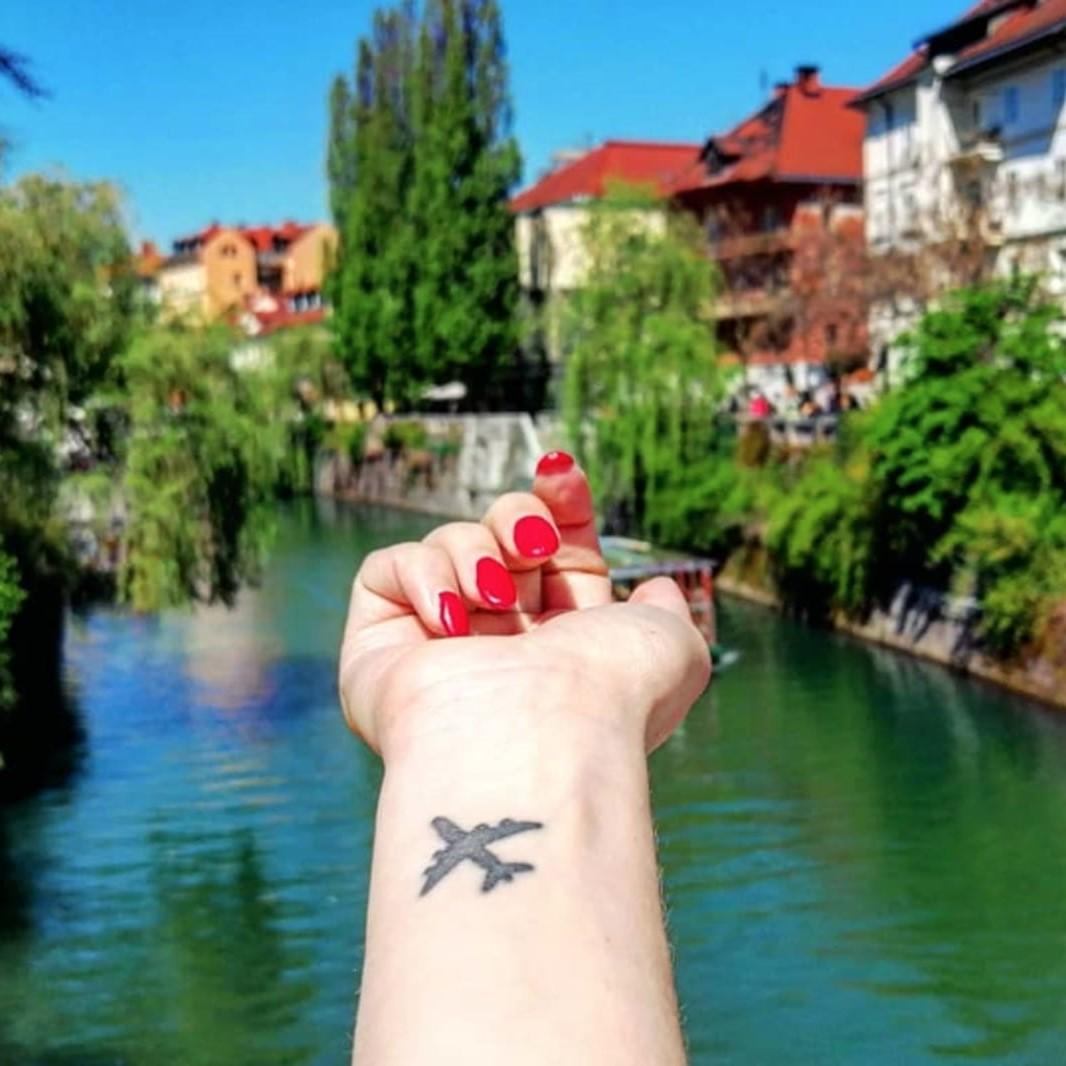 L'avion est un tatouage de voyage parfait, car il s'agit d'un symbole universel de voyages, de découvertes et d'exploration.