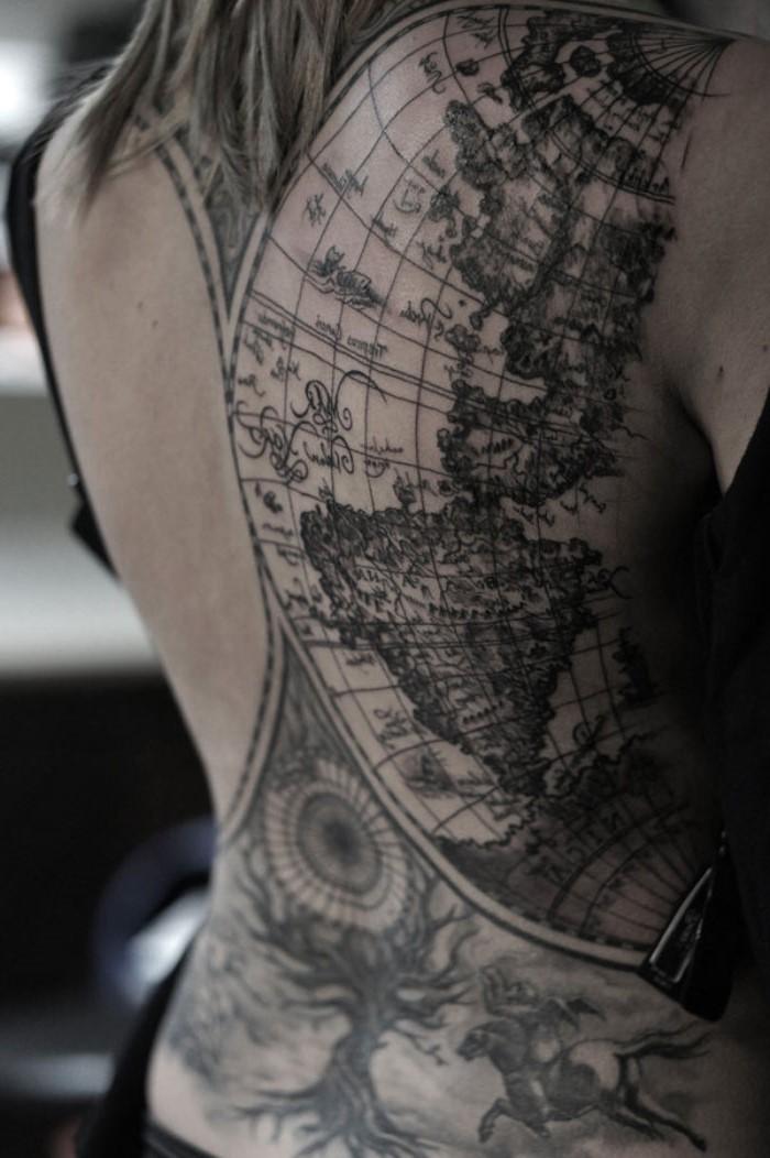 Ceci est une conception de tatouage magnifique pour les personnes qui aiment voyager et qui sont toujours curieuses d'explorer de nouveaux lieux et pays.