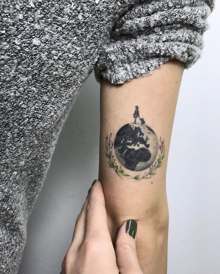 Le tatouage globe pourrait bien être le meilleur pour ceux qui veulent un design de petite ou moyenne taille.