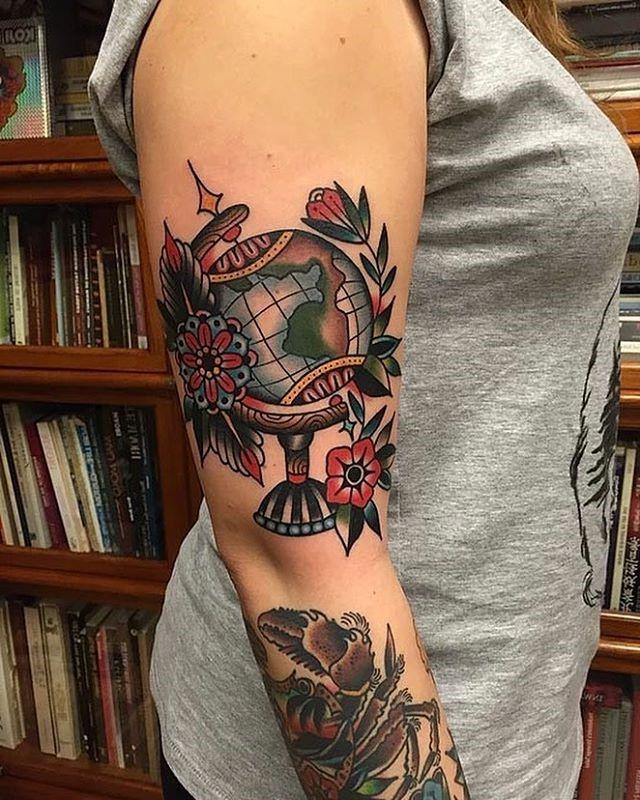 Quelqu'un peut montrer sa fierté de son héritage en signalant une partie spécifique de son tatouage avec une couleur plus sombre ou un effet de reflet.