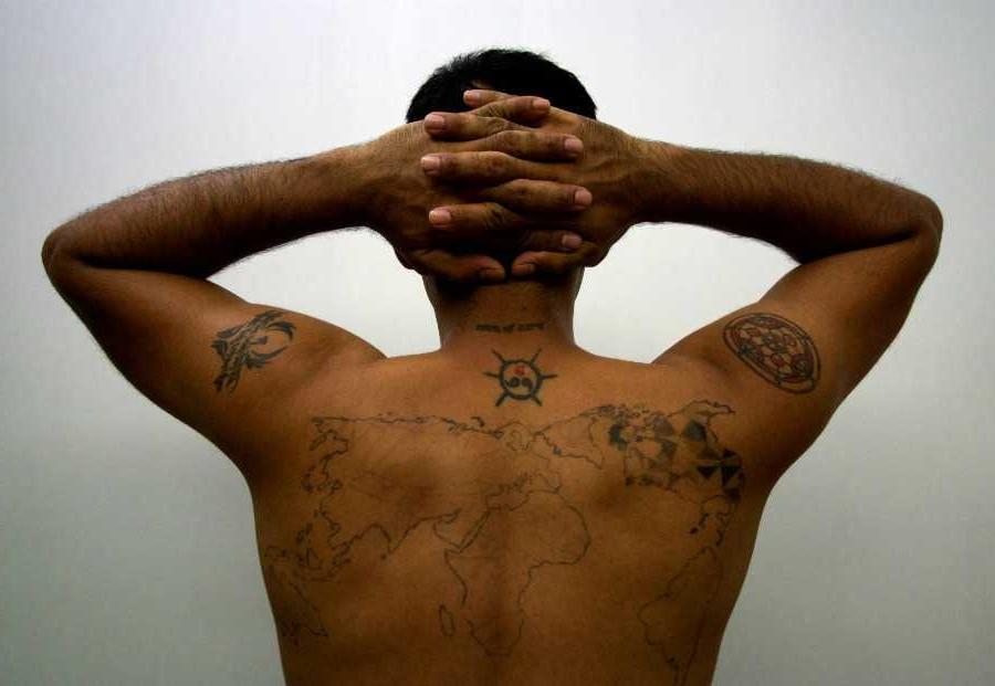 Ces tatouages peuvent être conçus de nombreuses manières et différentes tailles peuvent être dessinées en fonction de la perception du spectateur.