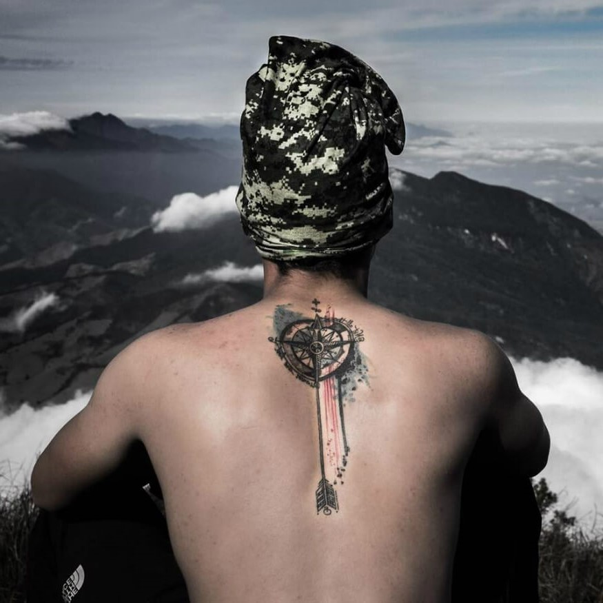 La conception de tatouage boussole vintage est adaptée pour un amoureux de l'histoire. Pour ceux qui ont passé du temps dans la marine, cela représente également une protection.