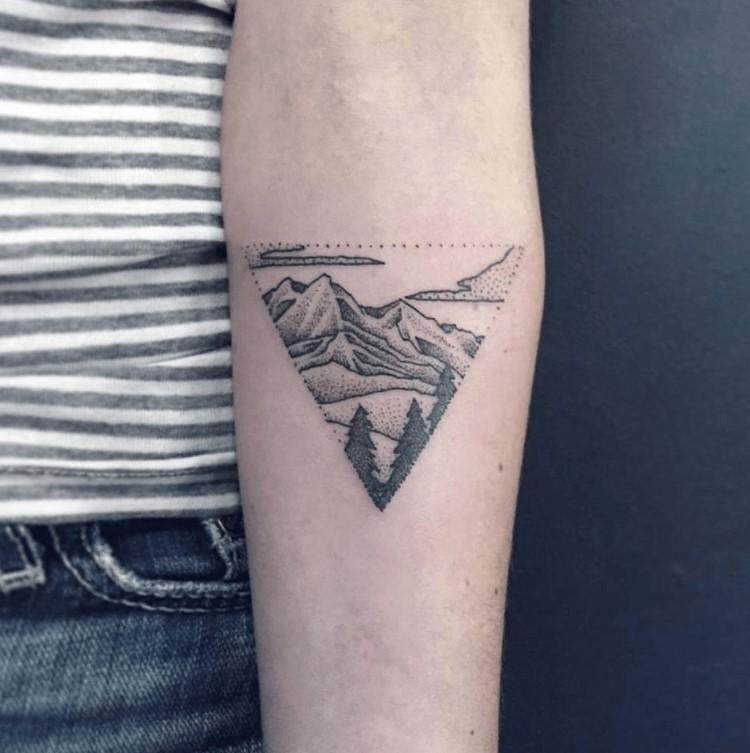 Tout le monde peut convenir que les montagnes sont belles, il n'est donc pas surprenant que beaucoup de gens choisissent de se faire tatouer.