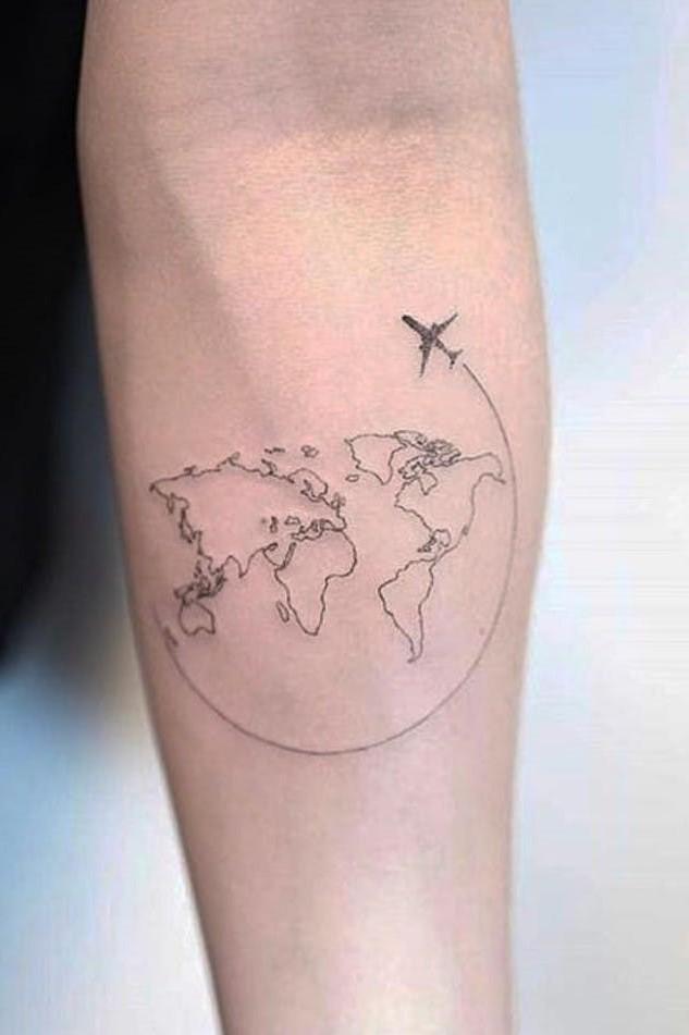 Un moyen simple de rendre votre tatouage de globe unique consiste à créer un support cool sur lequel placer le globe.