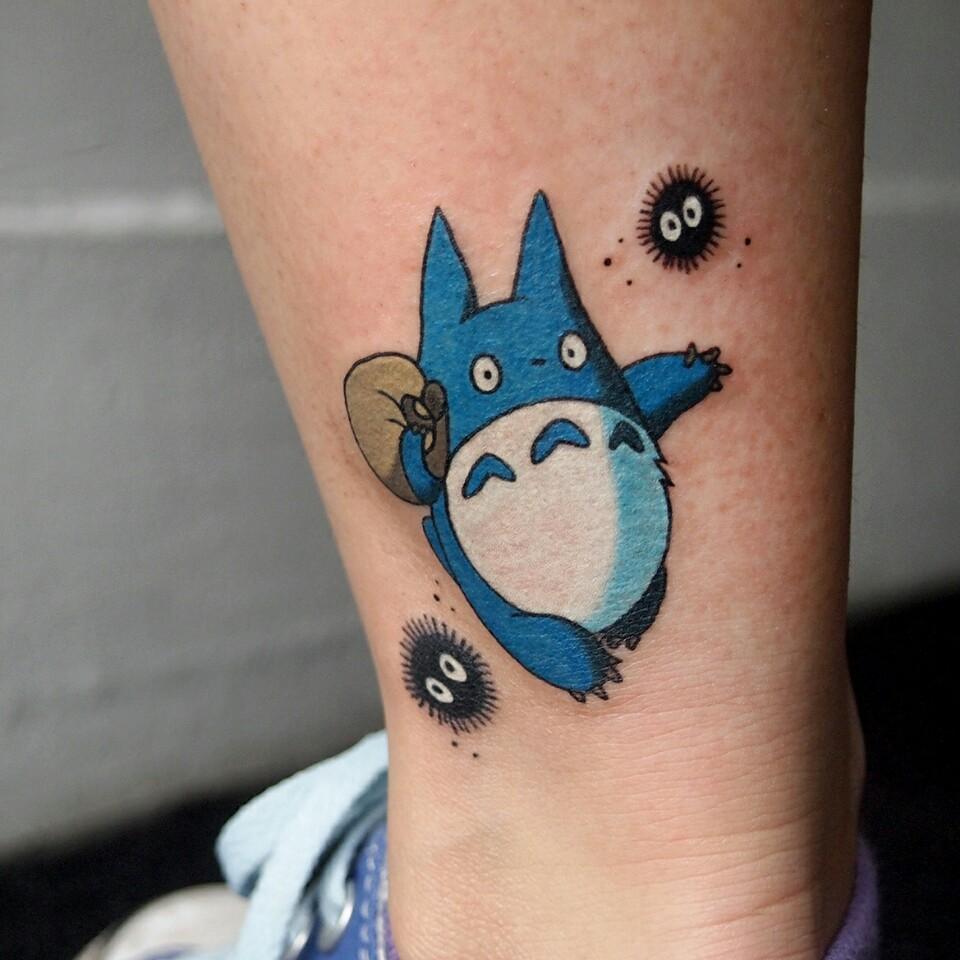 Un petit Totoro tattoo en bleu