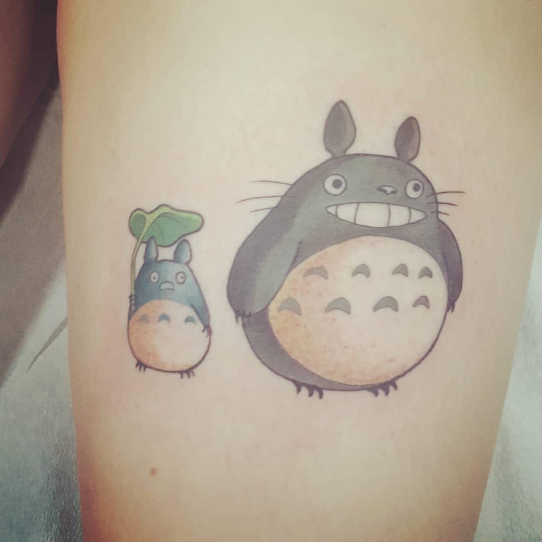 Noiraude Totoro sur la jambe est toujours à la mode
