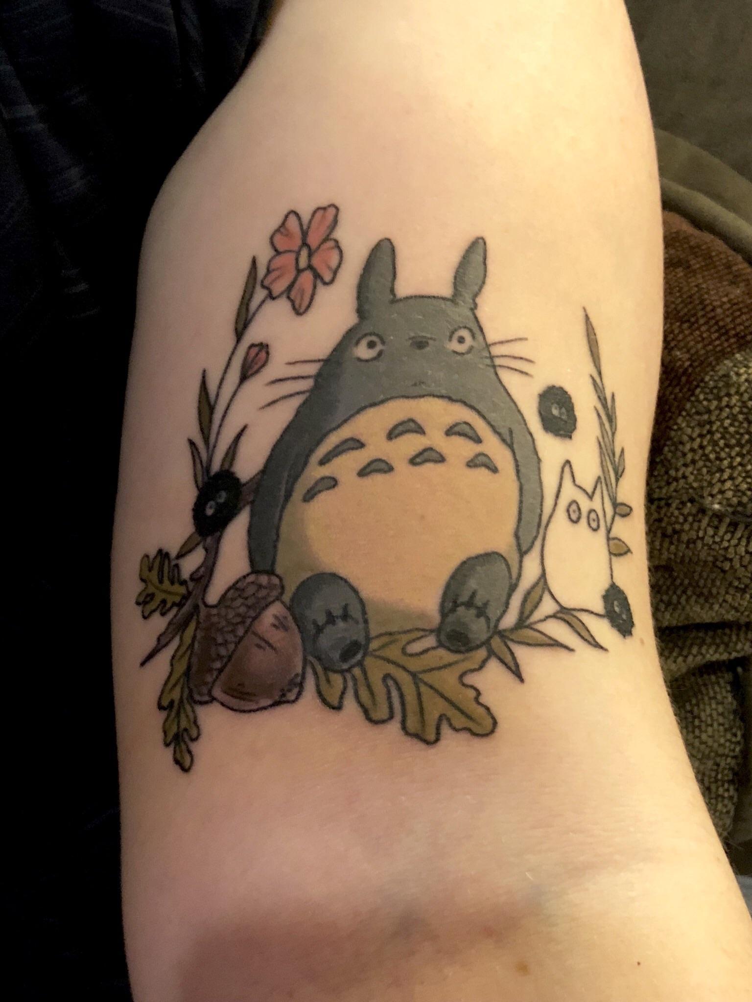 Tatouage Totoro avec des fleurs