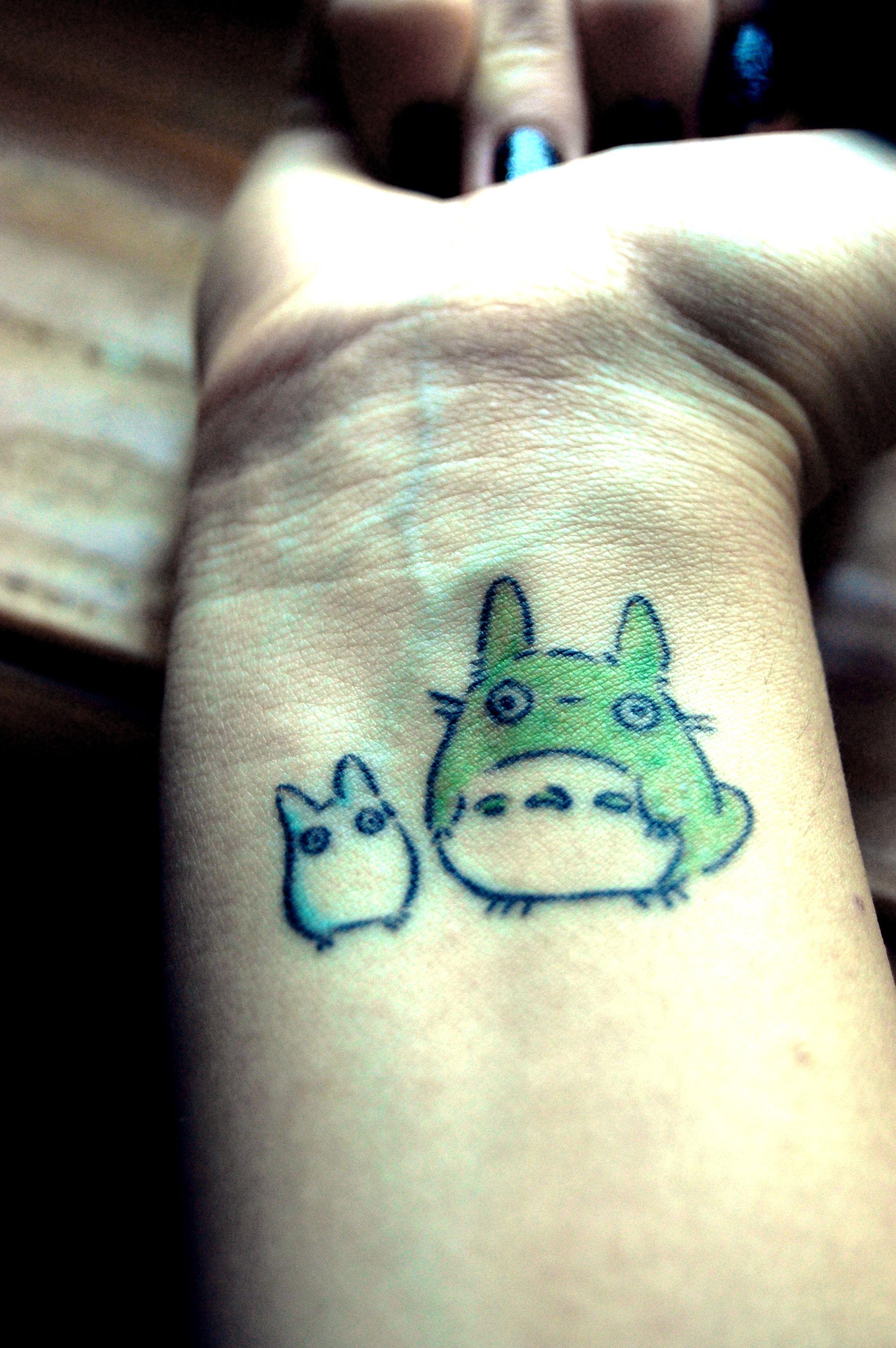 Petit Totoro tattoo sur la main