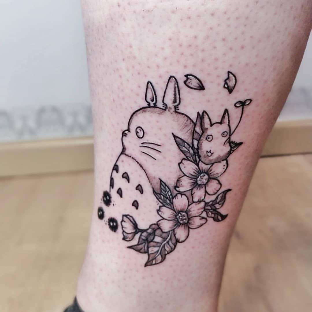 Un tatouage Totoro très sympa