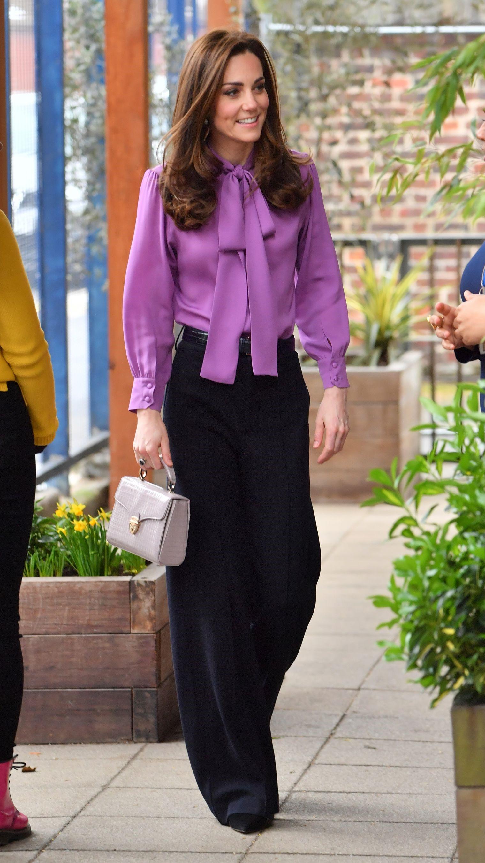 Portez une blouse de couleur lilas avec d'autres vêtements et accessoires tendance.