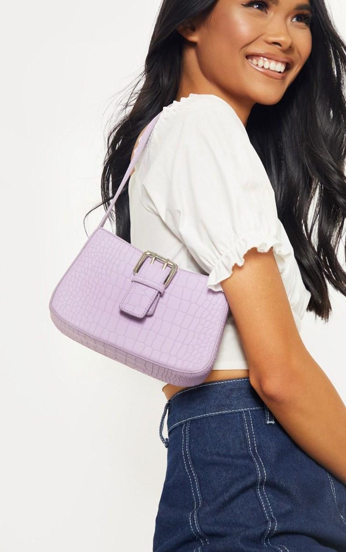Un choix parfait sera un sac à main de couleur lilas.