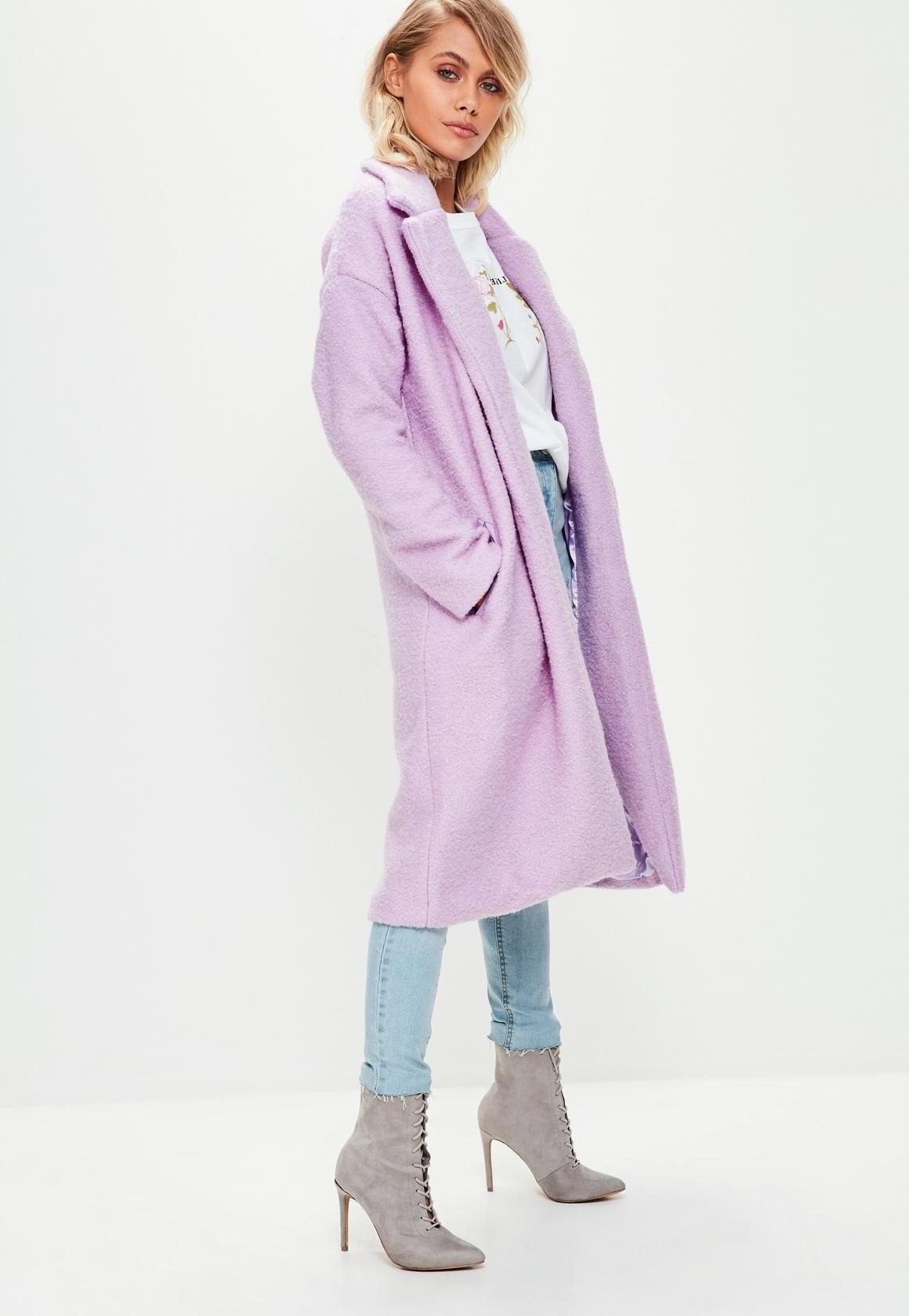 Vous pouvez coiffer votre manteau de couleur lilas avec un jean clair.
