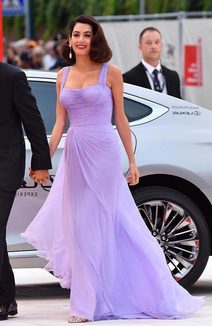 Amal Clooney vous montrant la couleur lavande peut être très élégant.