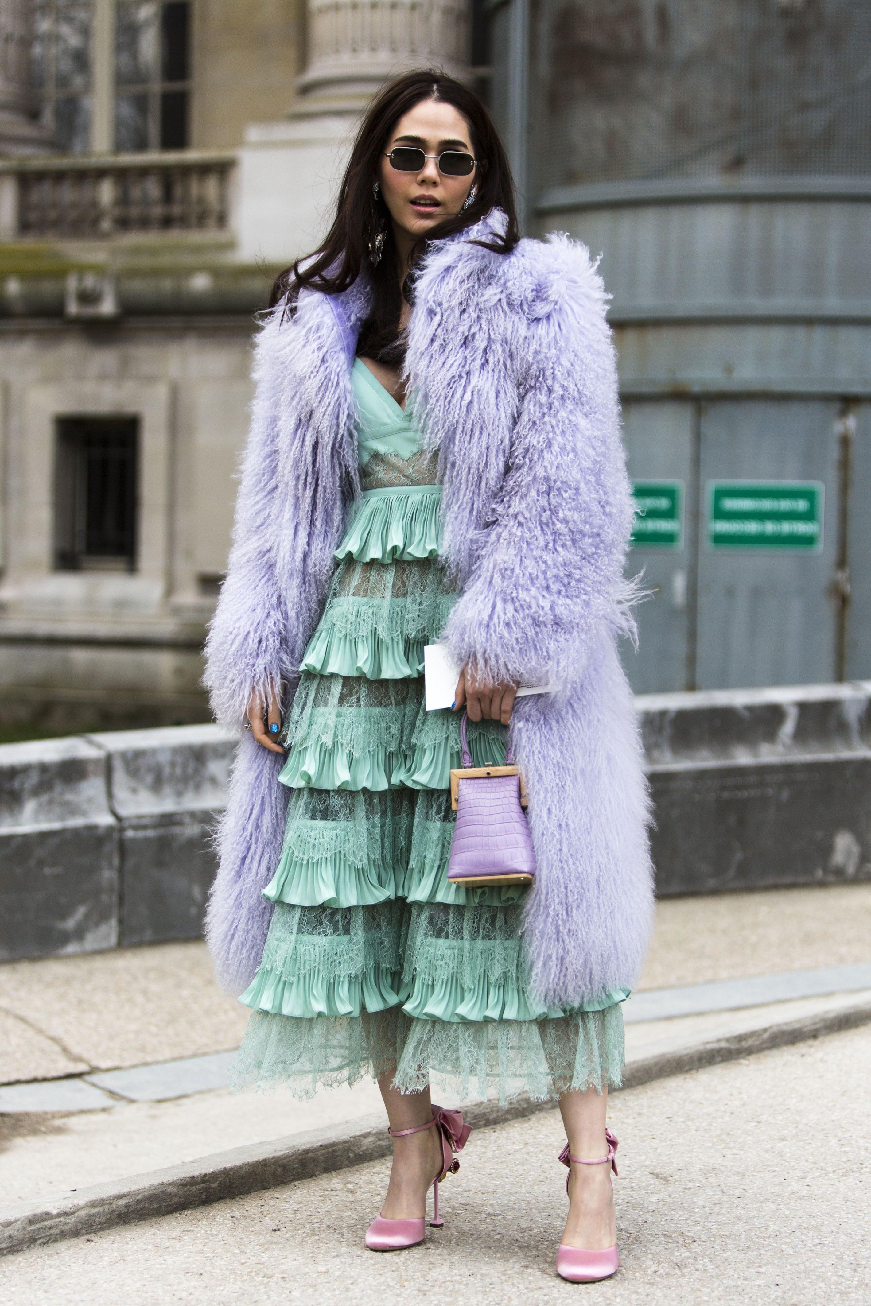Associez votre manteau de couleur lilas ou lavende à une robe à volants.