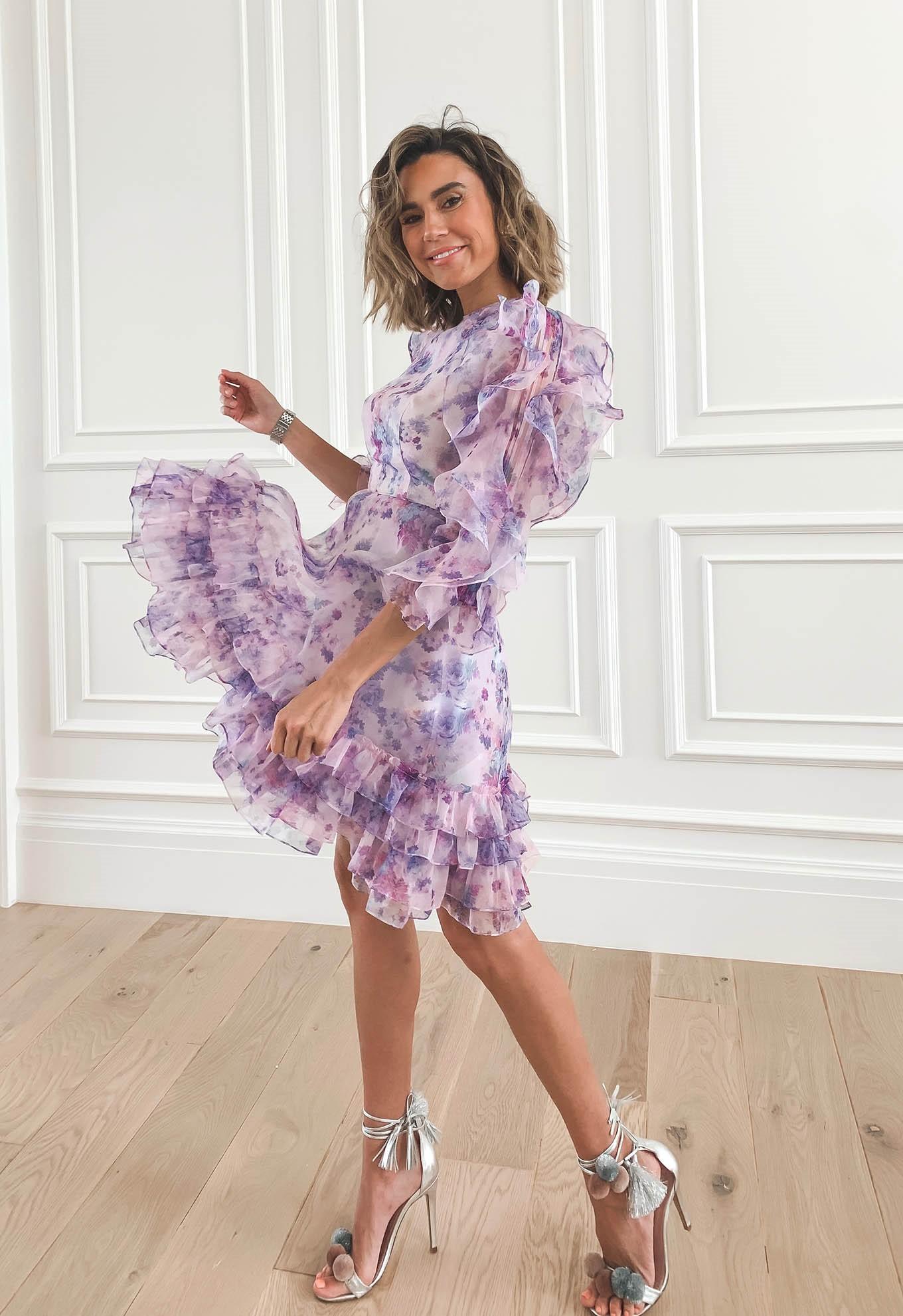 Associez votre robe lilas à des sandales métalliques pour créer une harmonie élégante.