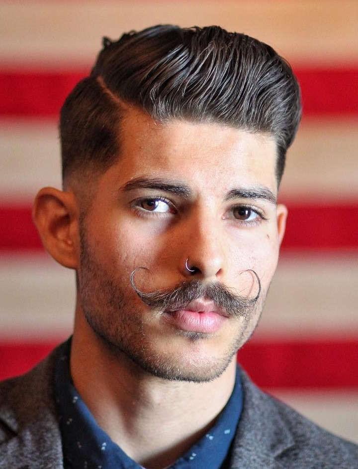 Ce monsieur est un dandy moderne avec un pompadour texturé et une moustache cirée.