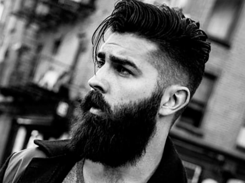 La plupart de ces coupes trouvent leur origine dans les coiffures classiques pour hommes mais ajoutent des finitions modernes.