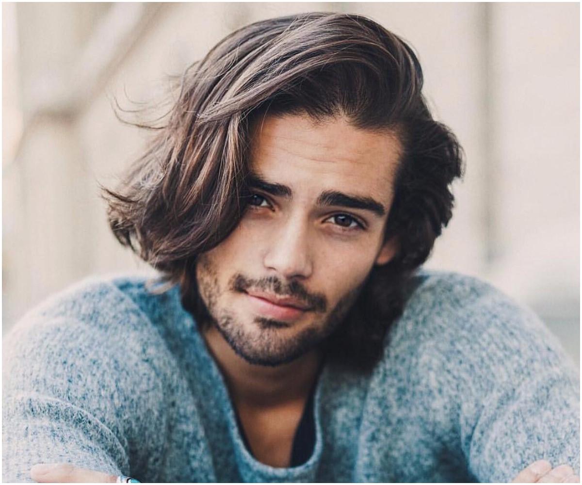 Si vous êtes dans cette étape intermédiaire délicate entre cheveux longs et cheveux courts, le style ''bro flow'' veillera à ce que vous soyez à votre meilleur.
