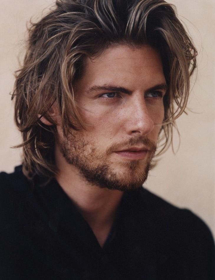 Pour les hommes à la recherche d'admirateurs, la coupe d'homme pour cheveux mi-longs est assurée de gagner des cœurs.