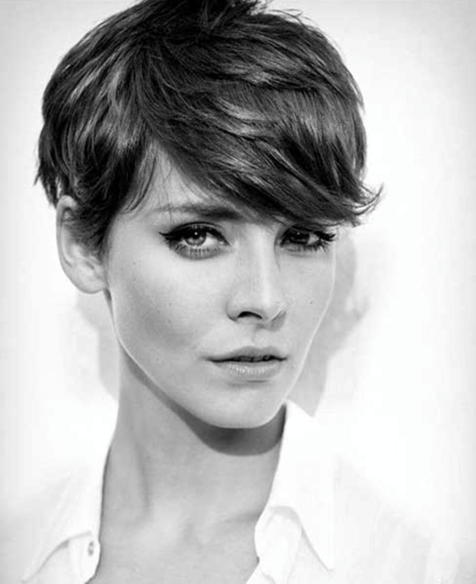 Changer le côté sur lequel vous portez vos cheveux peut donner à un pixie une sensation entièrement nouvelle.