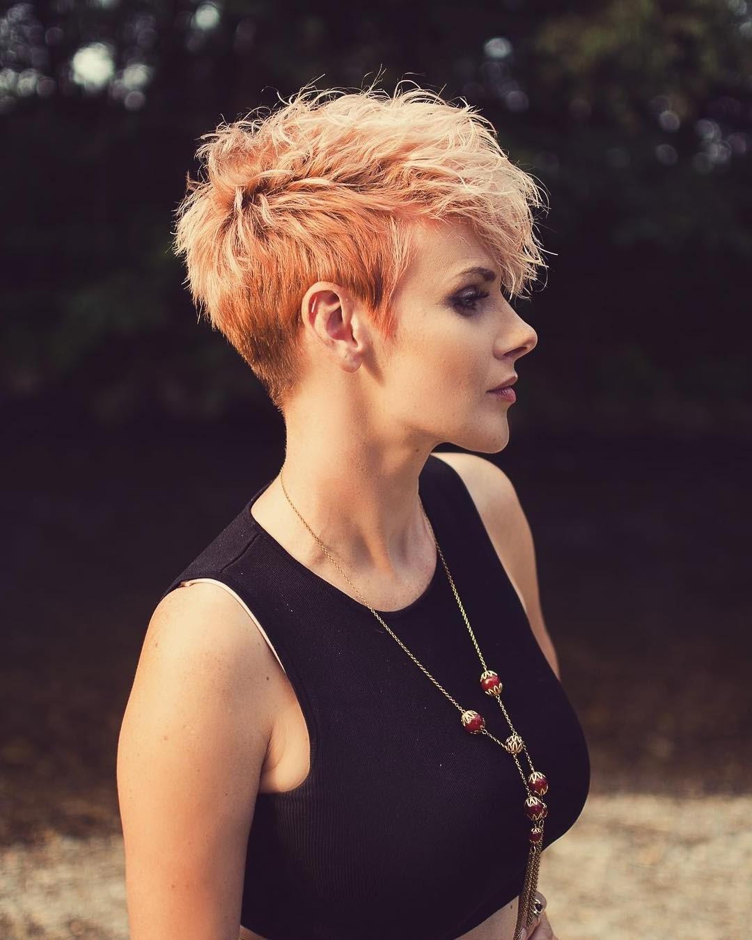 Pour encore plus de volume, retournez la tête pendant que vous séchez vos cheveux - les résultats en valent la peine.