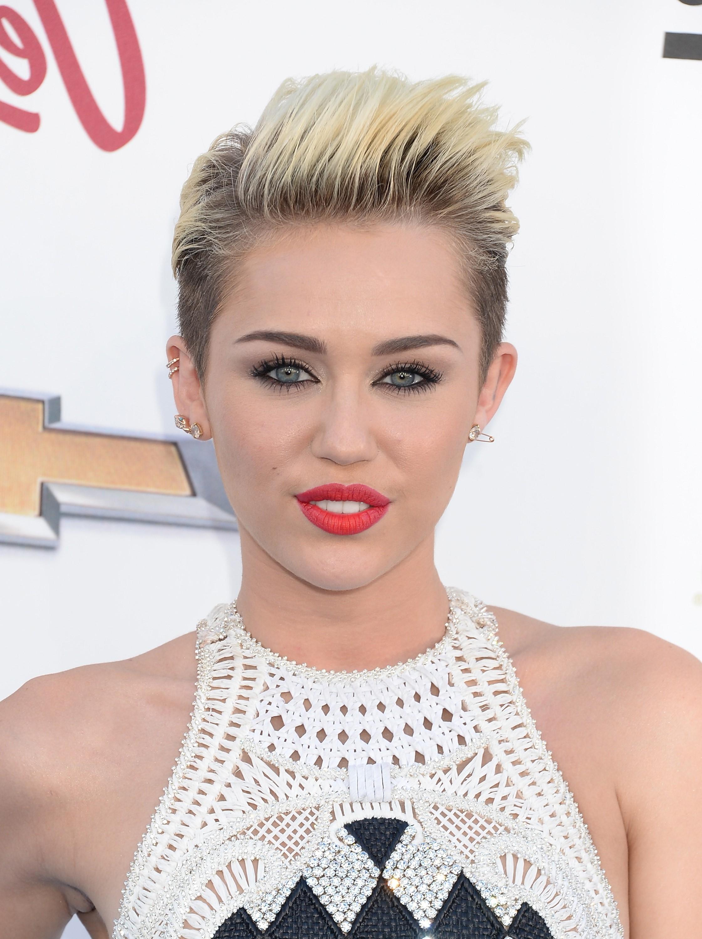 Pour obtenir le look de Miley Cyrus, on recommande d'utiliser un produit léger pour le volume des cheveux et de les soulever doucement avec les doigts pendant le séchage.