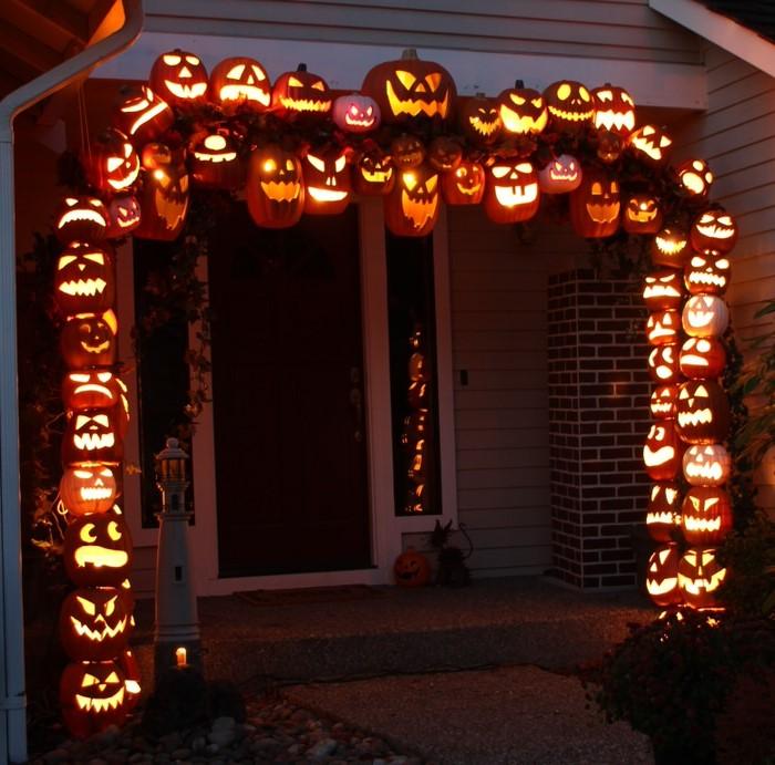 À mesure que les croyances et les coutumes des différents groupes ethniques européens ainsi que des Indiens d'Amérique se rejoignaient, une version distinctement américaine de l'Halloween a commencé à émerger.