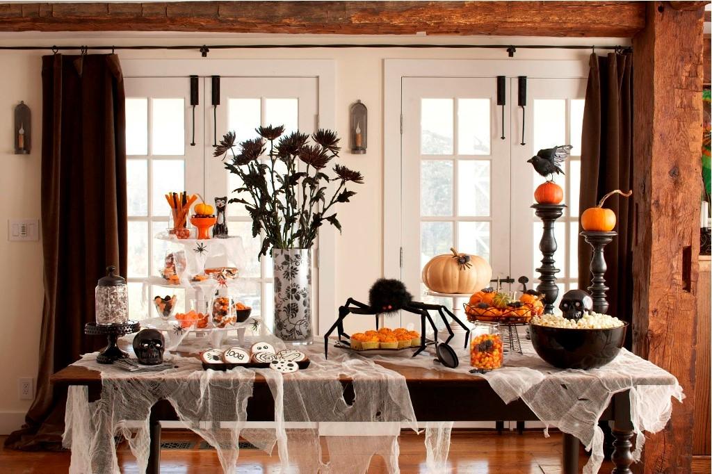 Les festivités coloniales d'Halloween ont également consisté à raconter des histoires de fantômes et à faire des bêtises de toutes sortes.