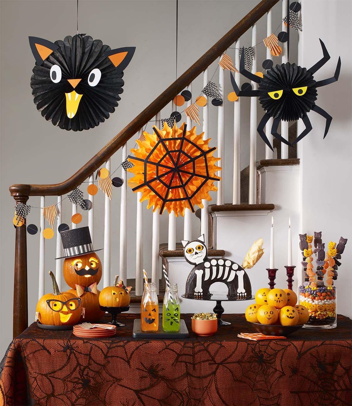 Au fil du temps, Halloween a évolué en une journée d'activités telles que la chasse aux bonbons, la sculpture des jack-o'-lanterns, des rassemblements festifs, la confection de costumes et la dégustation de friandises.