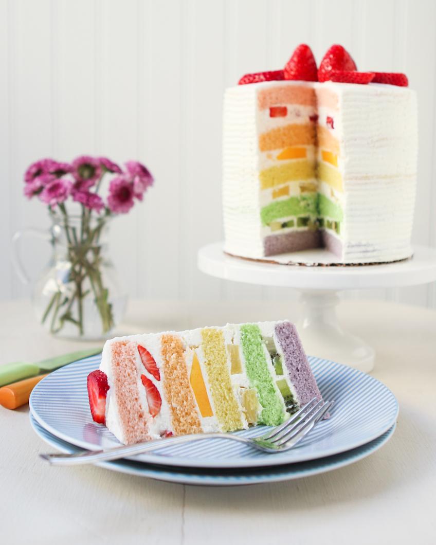 Gâteau à plusieurs étages avec les couleurs de l'arc en ciel