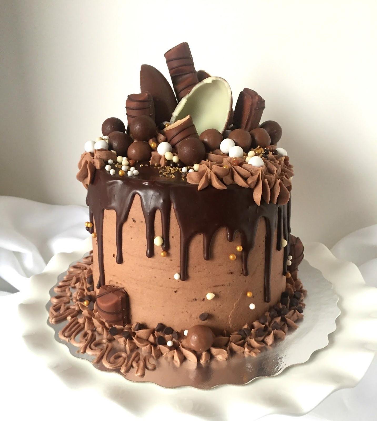 Comment décorer facilement un gâteau d'anniversaire au chocolat