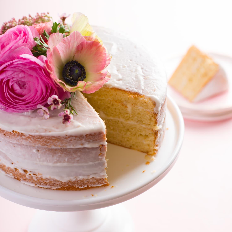 Gâteau nu décoré de fleurs