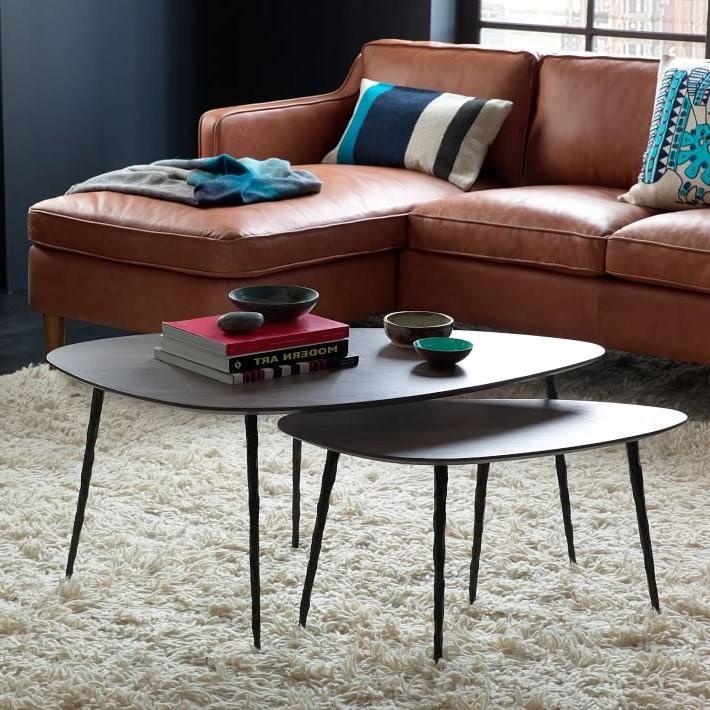 Dans un salon, vous pouvez créer une table basse chic à plusieurs niveaux en plaçant un trio de tables gigognes côte à côte.