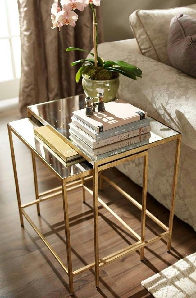 Une table gigogne en acrylique ou en verre semble occuper encore moins de place et est donc particulièrement intéressante.