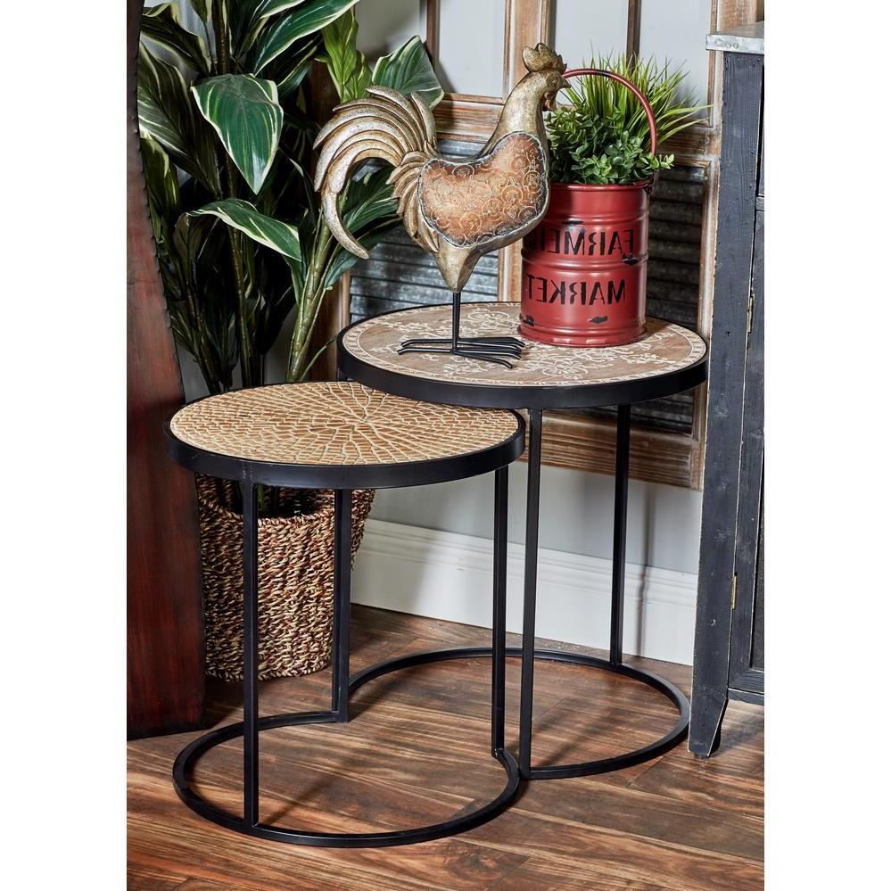 Les tables gigognes sont disponibles dans toutes sortes de matériaux tels que l'acier inoxydable, le bois et l'acrylique.