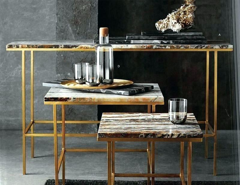Une façon amusante d'intégrer une table gigogne dans votre décor consiste à mélanger et assortir des tables de formes et de tailles variées.