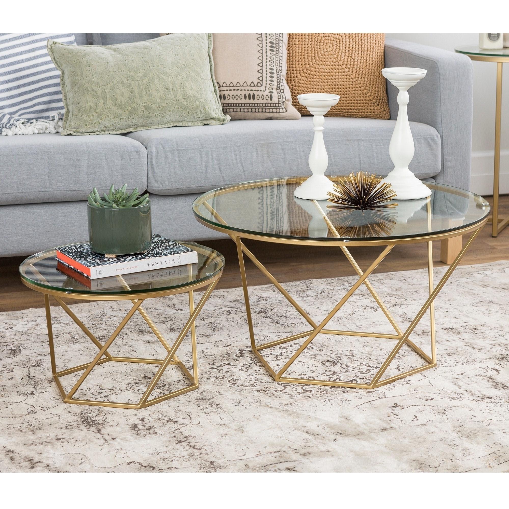 Associez une table gigogne pleine grandeur avec quelques tables basses simples.