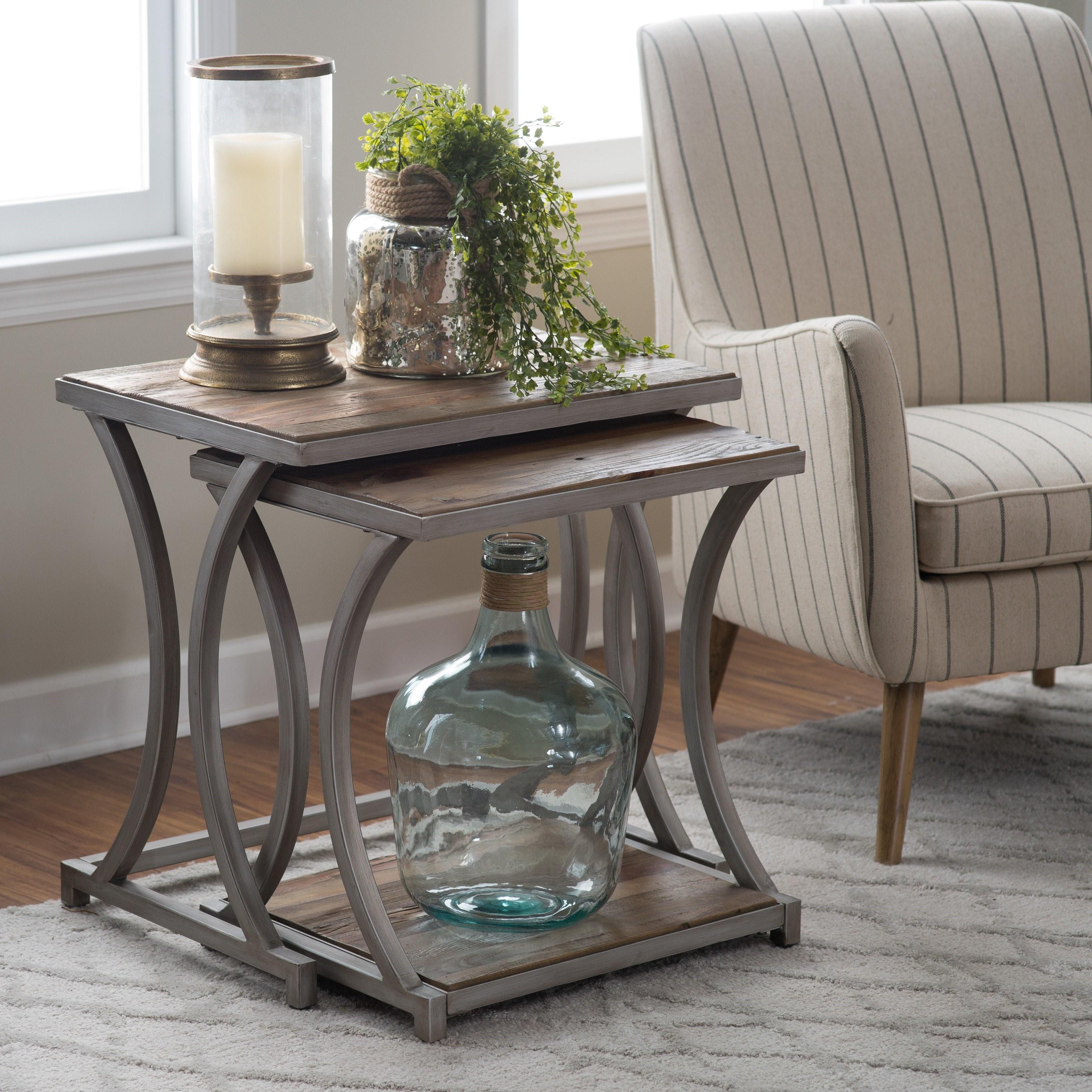 Les tables gigognes en bois ont aussi un charme classique.